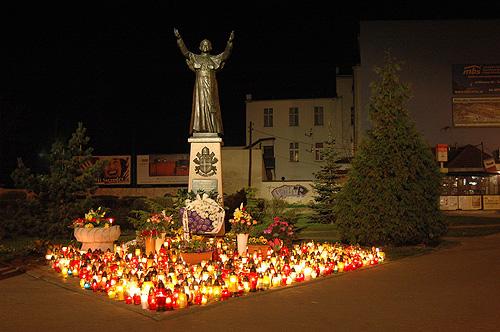 pomnik Papieza w Lesnicy 1