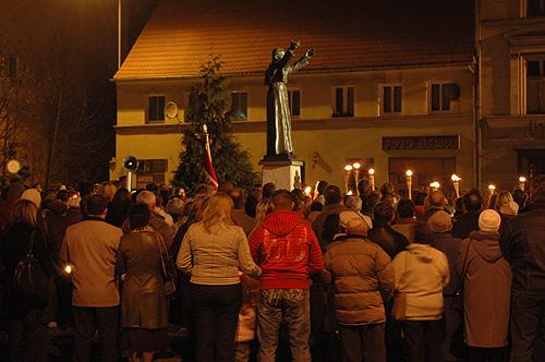 pomnik Papieza w Lesnicy 3